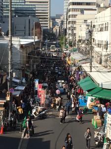 連絡通路から見渡した、築地場外市場の様子。