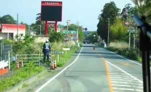 今年5月に撮った写真です。空き巣対策のため警備員がいますが、道路は補修されています。
