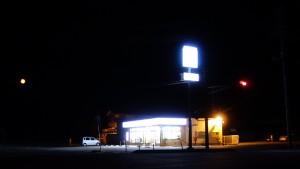 写真1 暗闇に灯るコンビニ