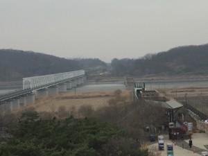 「自由の橋」現在は渡れませんが橋の先は北朝鮮へとつながっています 元は一つの国だったことを感じさせる景色です