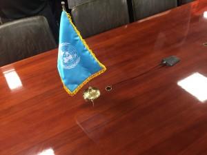 休戦協定や階段が行われたテーブル  国連の旗が置かれています