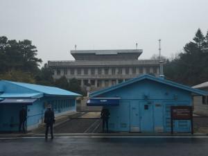韓国側から見た軍事停戦委員会本会議と北朝鮮の「板門閣」
