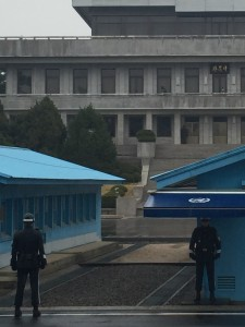 「板門閣」の建物内に北朝鮮兵の姿が見えます